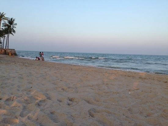 Dusit Thani Hua Hin: The beach