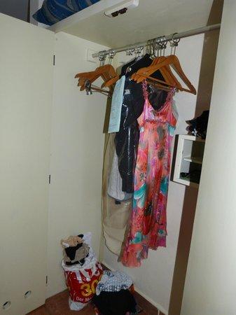 """Viva Wyndham Maya: """"Kleiderschrank"""" - die einzige Ablage, und danach haben die Kleider gestunken"""