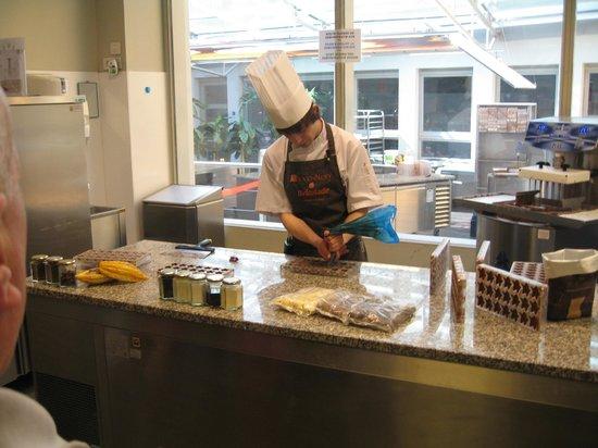 Hotel Restaurant Loreto: Изготовление конфет (в музее шоколада)