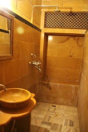 Hotel Shahi Palace: Baño
