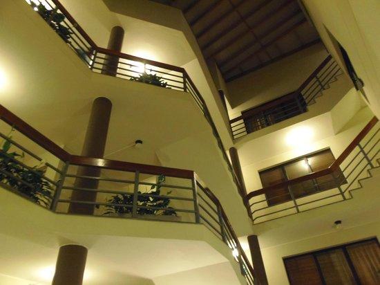 Girasoles Hotel: área común en el interior del hotel donde se aprecia el tamaño y el cuidado de la infraestructur