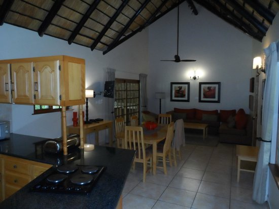 Kruger Park Lodge: View from kitchen to dining area and living room