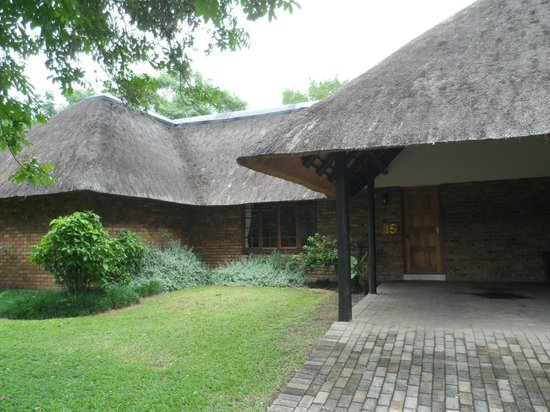 Kruger Park Lodge: Outside view of our Chalet & covered parking area