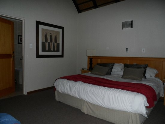 Kruger Park Lodge: King Master Suite - 1 of 2 bedrooms & baths