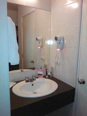 Girasoles Hotel: el espejo con la pileta está fuera del baño
