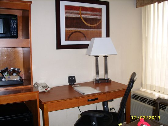 Hampton Inn Newark-Airport: Room - desk