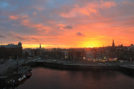 DoubleTree by Hilton Hotel Amsterdam Centraal Station: The sunset view from our window