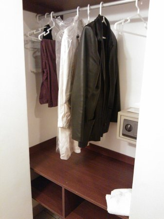 Girasoles Hotel : este es el espacio para colgar la ropa