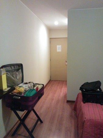 Girasoles Hotel: vista hacia la puerta de la habitación