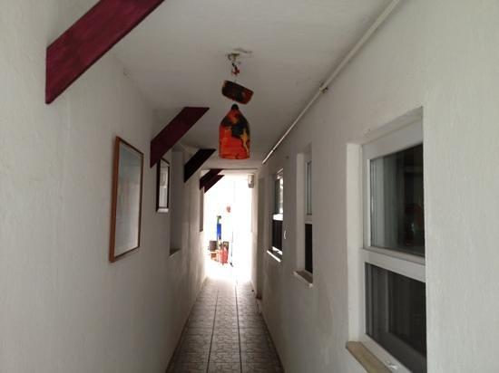 Guzel Hotel: Passage to the reception...