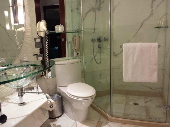 Cordis, Hong Kong at Langham Place: Bathroom