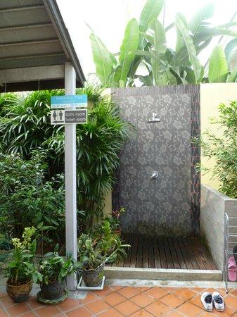 Sakorn Residence & Hotel : shower
