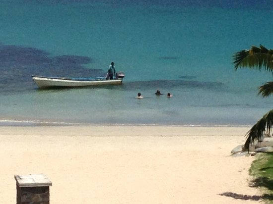 Navo at InterContinental Fiji Golf Resort and Spa : Swimming from Hotel beach