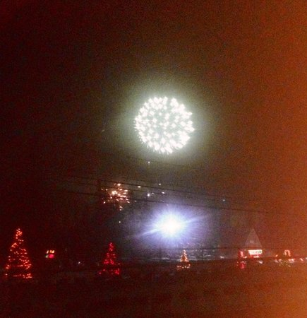 Evergreen Motel: Fireworks at santas village 12/31/13 we watched from our room
