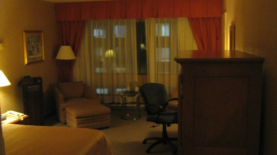 Hotel Gouverneur Place Dupuis Montreal: room 2317; dated design