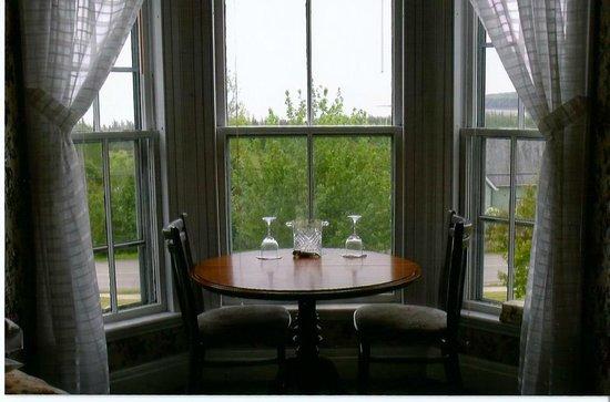 Weslan Inn Bed & Breakfast: Table/Sitting area in Suite
