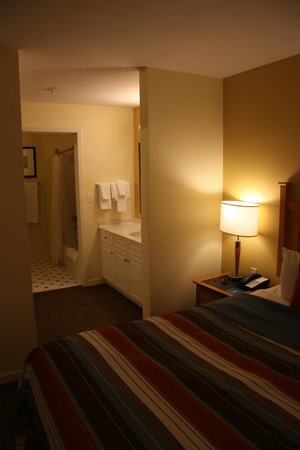 HYATT house Miami Airport: View of Dressing Area and Bathroom