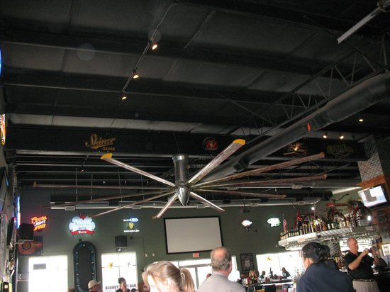 Hardtails Bar and Grill: Huge Ceiling Fan inside