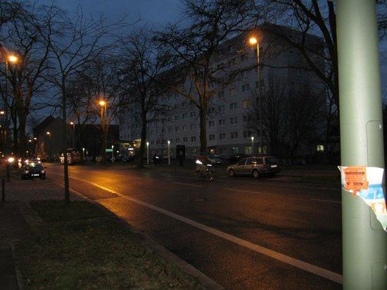 Adina Apartment Hotel Berlin Hackescher Markt: Hotel bij schemerlicht