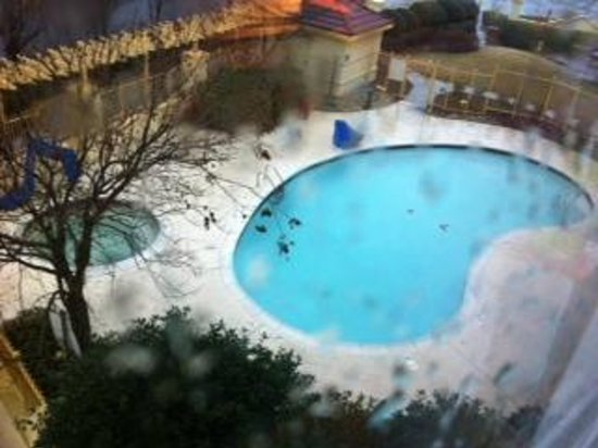La Quinta Inn & Suites Atlanta Ballpark at Cobb Galleria: View of the closed pool from the room