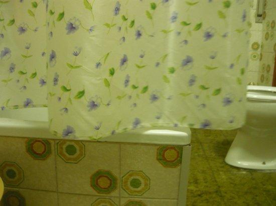 Foto pavimento rattoppato con piastrelle di altro colore