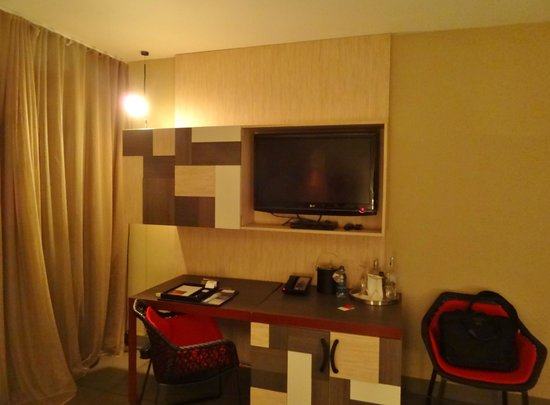 W Retreat & Spa - Vieques Island: Room 221 (desk and television)