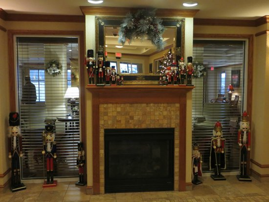 Holiday Inn Express & Suites Parkersburg - Mineral Wells : Lobby.