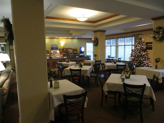 Holiday Inn Express & Suites Parkersburg - Mineral Wells: Breakfast area.