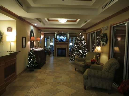 Holiday Inn Express & Suites Parkersburg - Mineral Wells: Lobby.