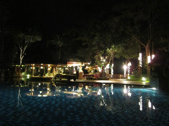 Crown Lanta Resort & Spa: Public Pool at Night