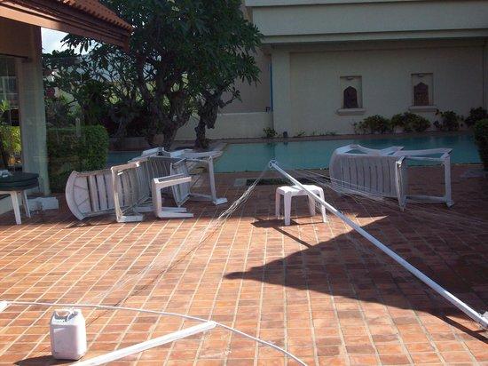 Chiangmai Grandview Hotel: old sun beds