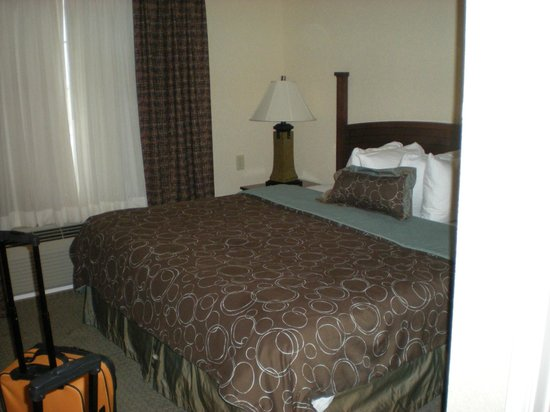 Staybridge Suites San Antonio Sea World: king bed