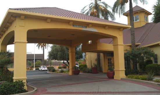 La Quinta Inn & Suites Phoenix Mesa West: Вход