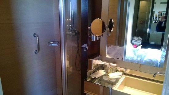 Vincci Capitol Hotel: Papel de debajo del espejo roto y agrietado