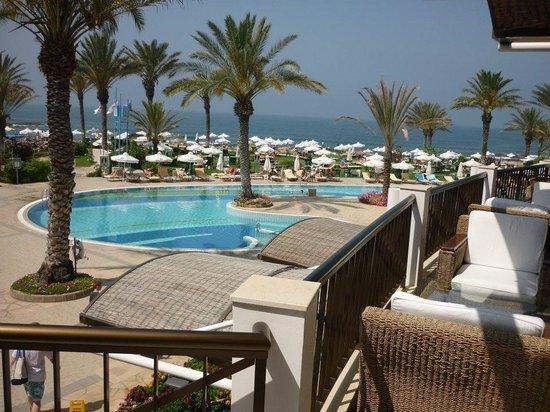 Constantinou Bros Athena Beach Hotel: Hotel bar area and pool.