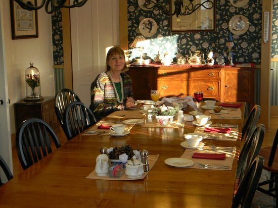 Fitch Hill Inn: breakfast table