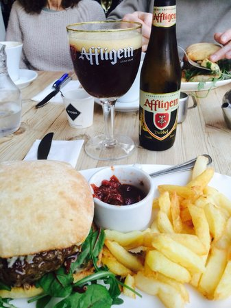 La Trappiste Restaurant: Very nice burger with very nice chips
