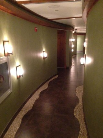 Stoweflake Mountain Resort & Spa : the hallway before you enter seperate male/female rooms