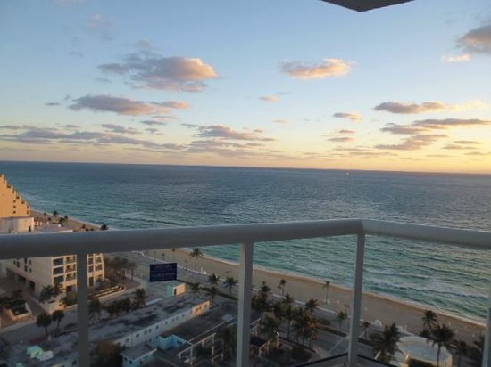Hilton Fort Lauderdale Beach Resort: View from balcony, 18th floor ocean view