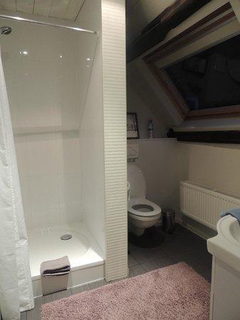 Next Door Bed & Breakfast: La salle de bain à l'étage de la chambre duplex