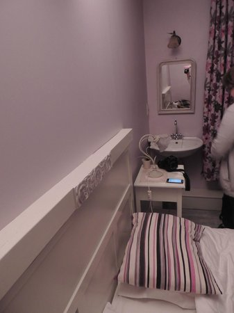 Next Door Bed & Breakfast: Il y a également un lavabo dans la chambre (et un an dans la salle de bain)