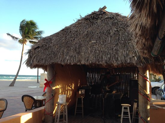 Riptide Hotel: Entertainment hut in front of office & tiki bar