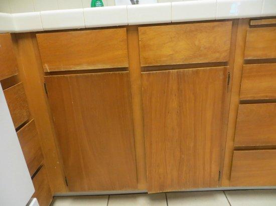 Hanalei Colony Resort: Worn, dated kitchen