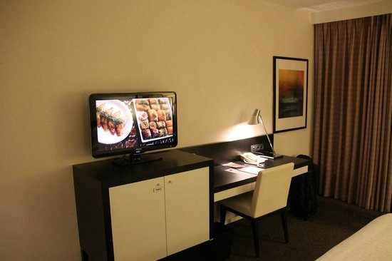 Sheraton Amsterdam Airport Hotel and Conference Center: Desk in room