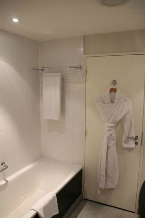 Sheraton Amsterdam Airport Hotel and Conference Center: Bathroom with one robe