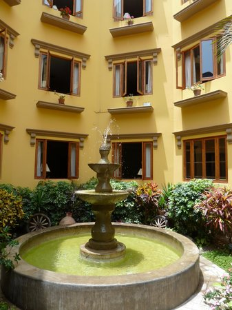 Antigua Miraflores Hotel: Middle courtyard.