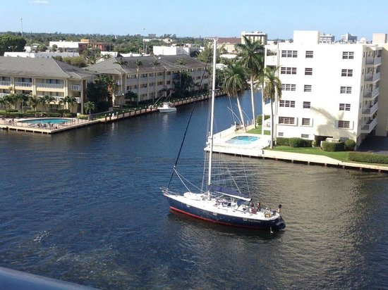Residence Inn Fort Lauderdale Intracoastal/Il Lugano: Morning coffee and watching the boats go by.