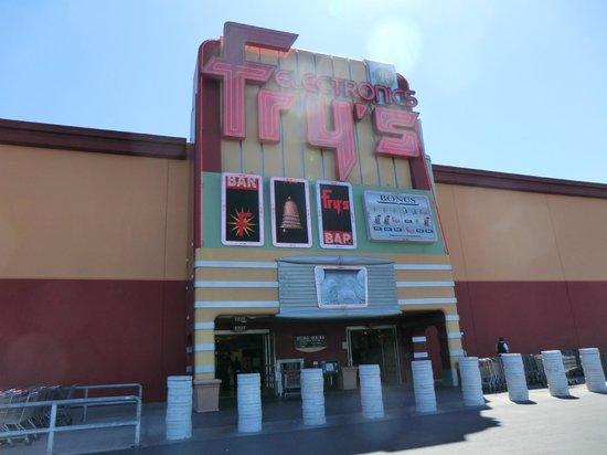 Town Square Las Vegas : 家電量販店Fry's(タウンスクエアのお隣)