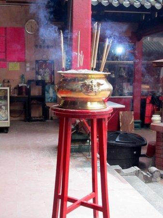 Sin Sze Si Ya Temple : Incense Burning