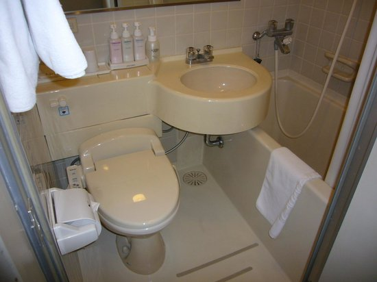 Onomichi Royal Hotel: 浴槽が狭過ぎます。洗面台とラップしてる。